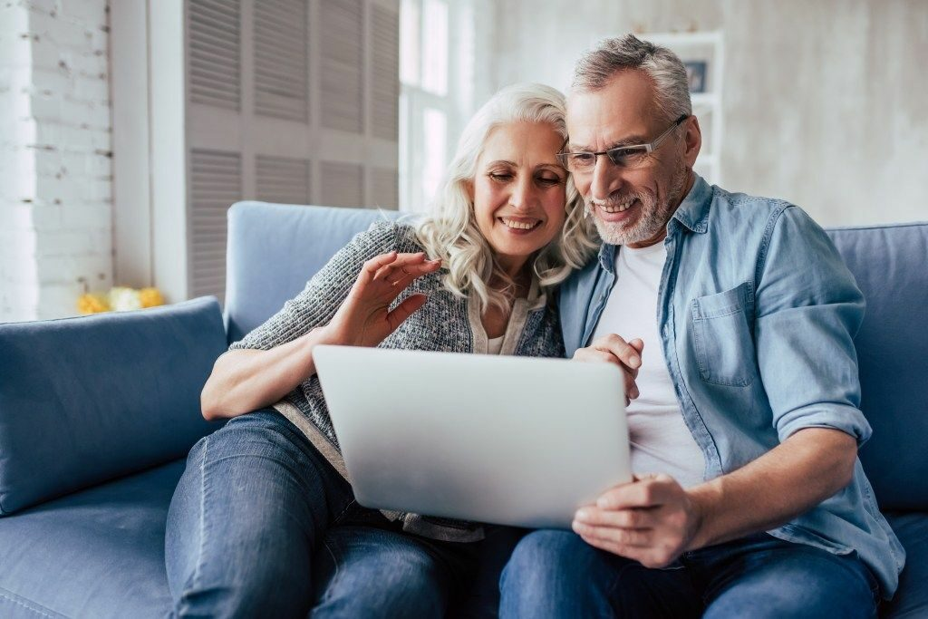 Senior couple selling home online